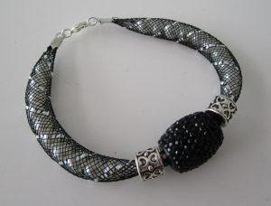 Tuto bracelet tube resille et charms noir
