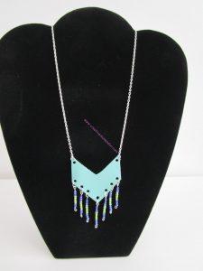sautoir simili cuir perles flèche vert et bleu