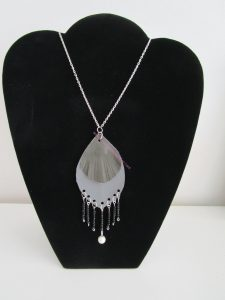 sautoir simili cuir flèche noir gris et perles
