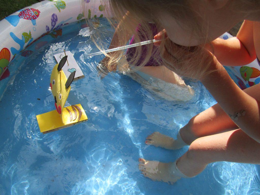 idées pour rafraichir les enfants: le bateau Pikachu concours de paille !