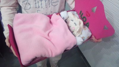diy fabriquer un lit de poup e ou de lutine en carton avec les enfants tuto. Black Bedroom Furniture Sets. Home Design Ideas