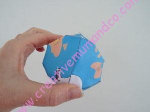 un globe terrestre en papier-antarctique