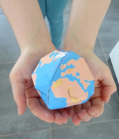 un globe terrestre en papier